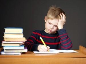un-nino-aburrido-haciendo-los-deberes
